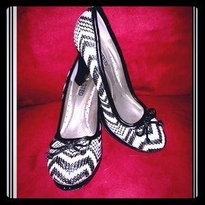 ❤️🖤Unlisted zebra/zig-zag print pumps❤️🖤